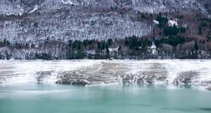 Kant av vatten och berget arkivbild