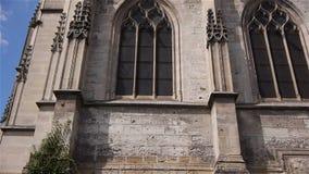 Kant buiten van kerk in Lisieux, Normandië Frankrijk, SCHUINE STAND stock videobeelden
