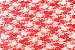 Kant de rode roze bloem als achtergrond nam synthetisch openwork stoffen textielnetwerk toe stock foto