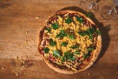 Kant-en-klare ronde pizza op een houten raad royalty-vrije stock foto