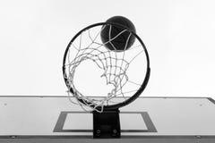 Kant för ho för basketboll fallande med netto Molnig himmel, utomhus- domstol arkivfoton