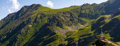 Kant för stenigt berg med gräs- lutningar Fotografering för Bildbyråer
