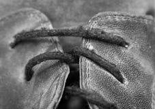 Kant op de oude zwarte laarzen stock fotografie