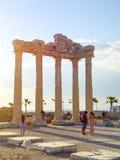 Kant, Turkije - April 19 - 2019: De toeristen nemen foto's tegen de achtergrond van de oude tempel van Apollo royalty-vrije stock fotografie