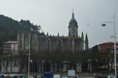 Kant van Één van de Kantenkathedraal wordt van Lekeitio van de Haven van het Dorp wordt gezien geschoten dat 24 maart, 2018 Het L Stock Afbeeldingen