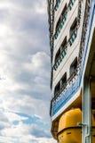 Kant van Cruiseschip over Gele Reddingsboot stock afbeelding