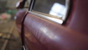 Kant van de verpletterde rode auto, rollend blind stock footage