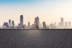 Kant van de weg met cityscape achtergrond Stock Foto's