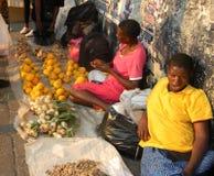 Kant van de wegfruit en plantaardige verkopers in Harare stock afbeeldingen