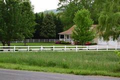 Kant van de wegmening van een Westelijk de berghuis van het land van NC landelijk Stock Foto
