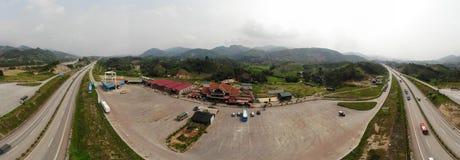 Kant van de wegpost, tussen Bao La Mountain Forest royalty-vrije stock afbeelding