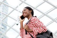 Kant van het gelukkige Afrikaanse Amerikaanse vrouw spreken met cellphone royalty-vrije stock foto's