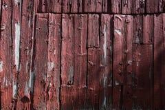 Kant van rode schuur met doorstaan hout Royalty-vrije Stock Foto's