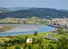 Kantabrien-Landschaft mit Feld, Fluss und einer Kleinstadt Treto Stockbilder