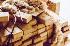 Kantade bräden som staplas i buntar, foto som tas i ett snickeriseminarium arkivbild