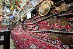 Kantade vapen och forntida spjut inom den traditionella persiska restaurangen royaltyfria foton