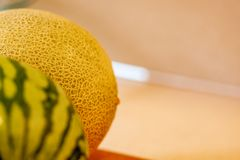 Kantaloep achter Watermeloen stock afbeeldingen