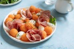Kantalup melonowa sałatka z mozzarellą i baleronem obraz stock
