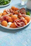 Kantalup melonowa sałatka z mozzarellą i baleronem zdjęcia stock