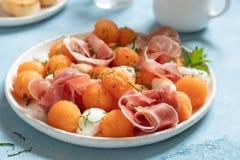 Kantalup melonowa sałatka z mozzarellą i baleronem zdjęcie stock