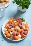 Kantalup melonowa sałatka z mozzarellą i prosciutto obraz stock