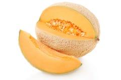 Kantalupa melon i plasterek na bielu, ścinek ścieżka zdjęcie stock