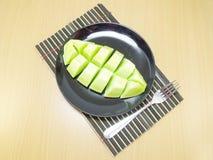 Kantalupa melon na ceramicznym naczyniu zdjęcia royalty free