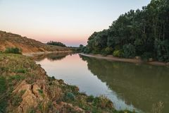 Kanten av floden i aftonen Royaltyfria Foton