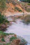 Kanten av floden i aftonen Royaltyfri Foto