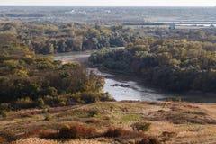 Kanten av floden i aftonen Royaltyfria Bilder