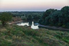 Kanten av floden i aftonen Fotografering för Bildbyråer