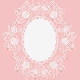 Kanten bloemdoily in de vorm van het medaillon Witte kantdoek op een roze achtergrond Stock Foto's