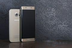 Kanten för formatskillnadSamsung galax 6 och kant för Samsung galax 6 plus Arkivbilder