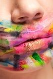 Kanter i slut upp med färger över hela munnen arkivbilder