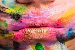 Kanter i slut upp med färger över hela munnen royaltyfri fotografi