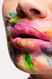 Kanter i slut upp med färger över hela munnen fotografering för bildbyråer