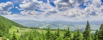 Kanter och dal med bergbyn i den Carpathian Mountaen Royaltyfria Foton