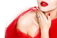 Kanter spikar, röd läppstift och polermedel, kvinnaskönhetsminket, manikyr och makeup fotografering för bildbyråer