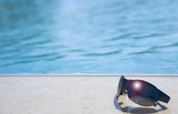kantexponeringsglas pool simning Royaltyfri Fotografi