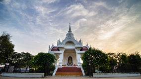 Kantharawichai buddha bronsstaty i Mahasarakham, Thailand Arkivbild