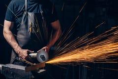 Kantjustera fotoet av den industriella molar Metal Grinder som kastar gnistor Royaltyfri Foto