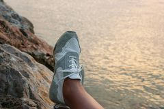 Kantjustera sikten av kvinnlig fot på kustbakgrund Personlig punkt royaltyfria bilder