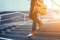 Kantjusterad bild av affärsmannen som går ner trappa arkivfoto