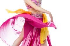 Kantjusterad bild av den unga kvinnliga magdansösen Royaltyfri Fotografi