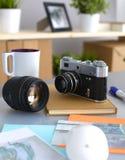 Kantjusterad bild av fotografen som retuscherar ett foto Royaltyfri Fotografi