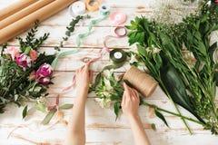Kantjusterad bild av händer för blomsterhandlarekvinna` s royaltyfria foton