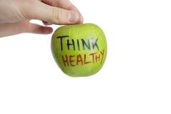 Kantjusterad bild av handen som rymmer det sunda äpplet för farmorsmed över vit bakgrund Arkivfoton