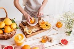 Kantjusterad bild av kvinnaruben en citrus skorpa Fotografering för Bildbyråer