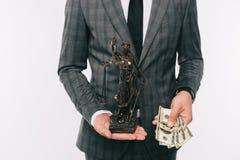kantjusterad bild av statyn och kassa för rättvisa för affärsmaninnehavdam fotografering för bildbyråer