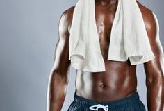 Kantjusterad muskulös bröstkorg av den afrikanska mannen Arkivbild